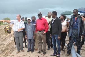 Minitro dos Recursos Naturais ladeado dos representantes da empresa POTO SARLS durante a visita em Varela
