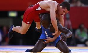Augusto Midana (azul) de Guinea-Bissau pelea con el venezolano Ricardo Antonio Roberty Moreno (rojo) en su combate de Estilo libre 74 kg.EFE/JIM HOLLANDER