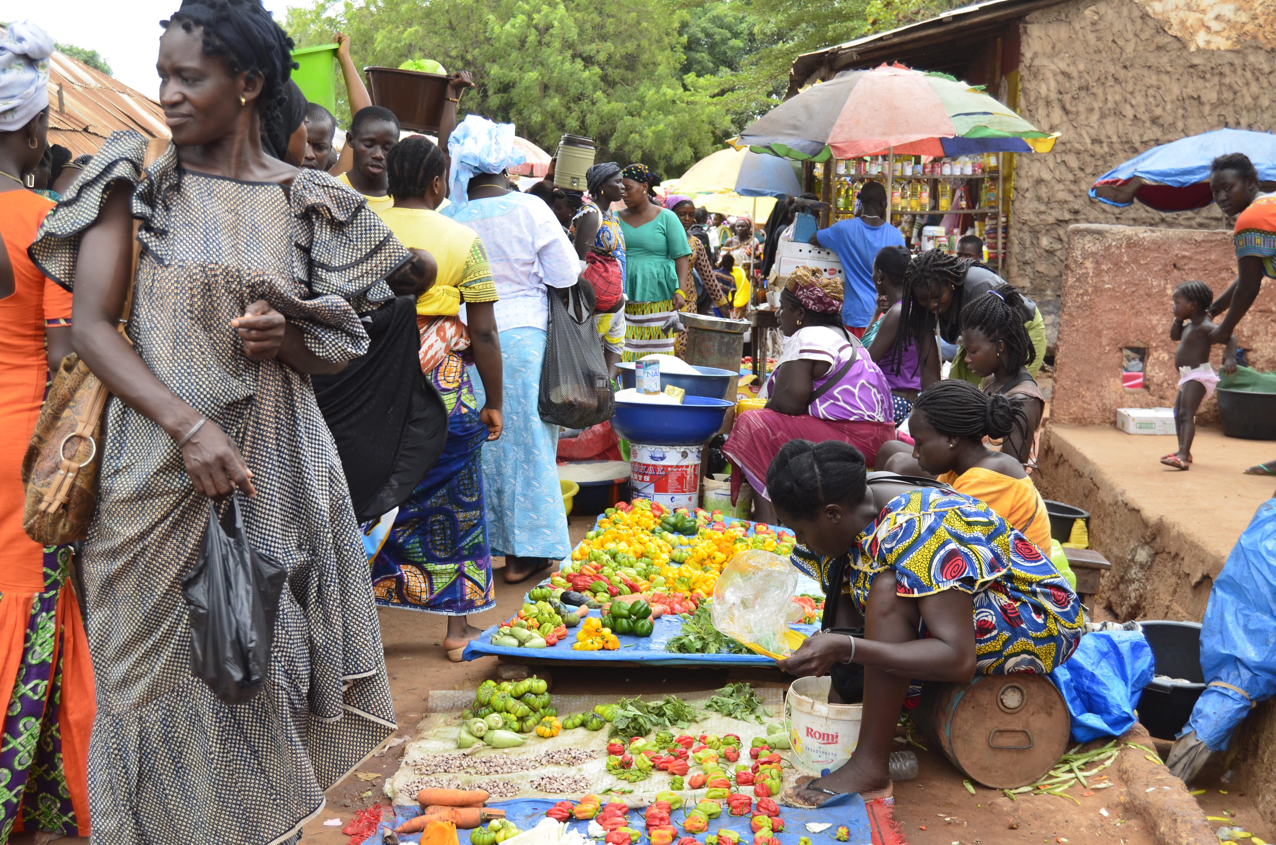 Aspecto do mercado de Cacheu, com mulheres a vender produtos no chão